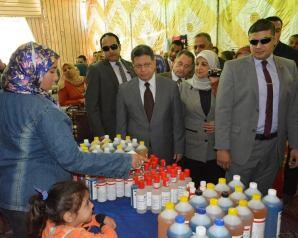 بالصور : افتتاح معرض تسويق منتجات المرأة المعيلة بمناسبة الإحتفال بعيد الأم
