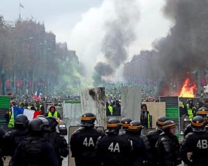 """الشرطة الفرنسية تستخدم الغاز والمياه لتفريق احتجاجات """"السترات الصفراء"""" في باريس"""