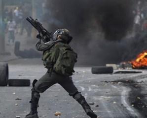 إصابة عامل فلسطيني برصاص الاحتلال والعشرات بالاختناق شمال طولكرم