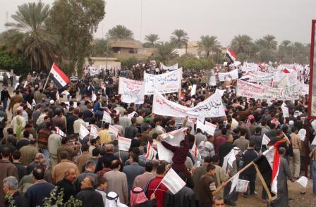 أهالي بعقوبة يتظاهرون للمطالبة بالإصلاح ومحاربة الفساد