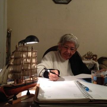 عفوزية مهران على مكتبها فى بيتها