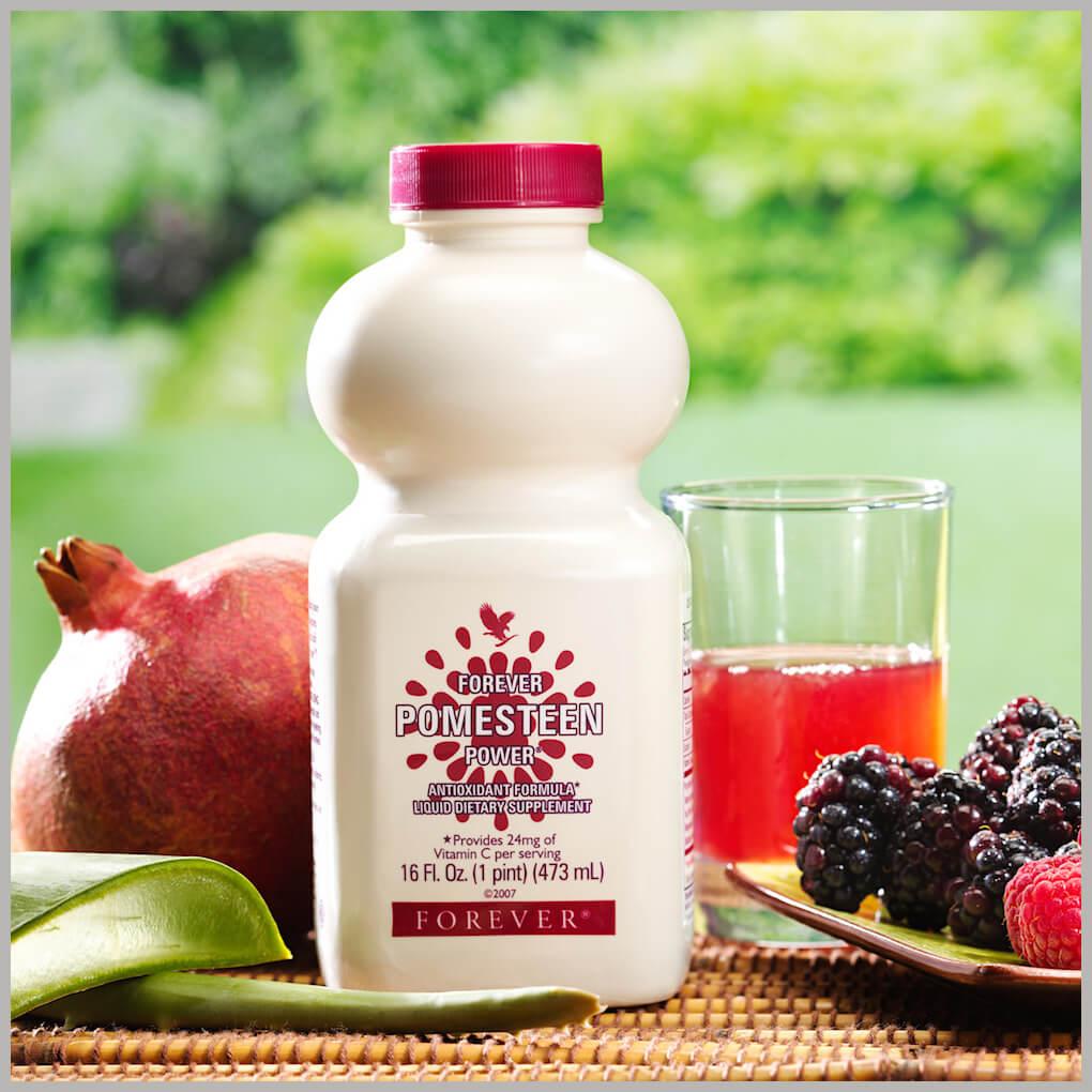 Pomesteen Power na stolu sa voćem i čašom
