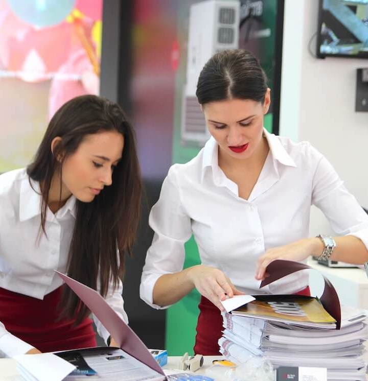 Dvije djevojke slažu promotivne materijale