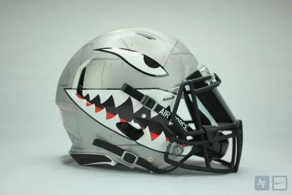 空軍士官学校フットボール sharktoothのヘルメットを採用