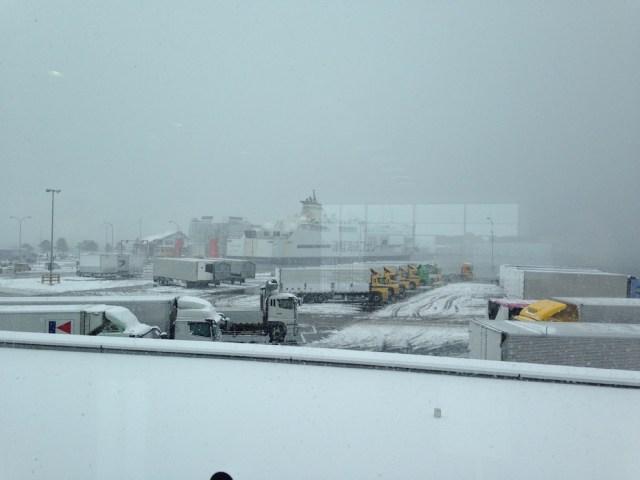 遠くに見える津軽海峡フェリー