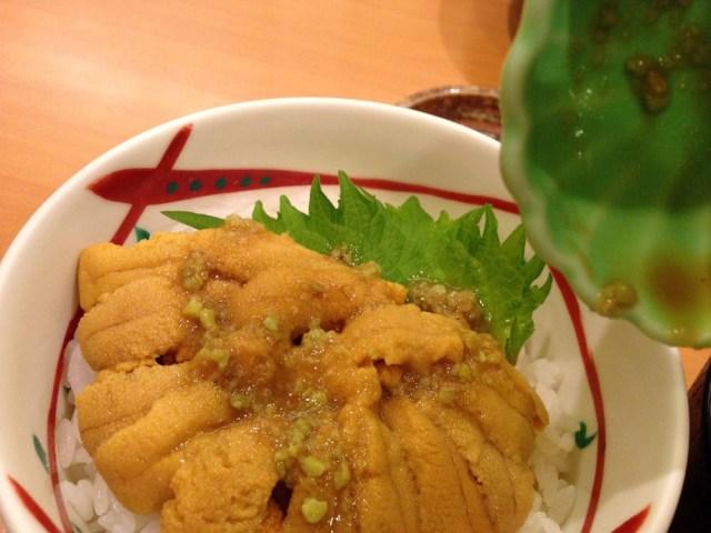 函館のグルメ(うにむらかみ・醤油をかけたうに丼)