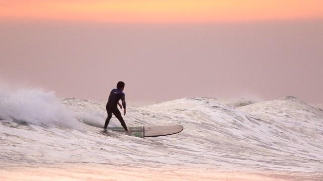 イリカイでサーフィン