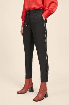 Pantalón negro con detalles en tachas doradas MJaite lola Caademunt