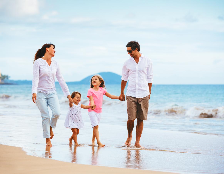 happy young family walking on the beach アロハスマイル aloha smile