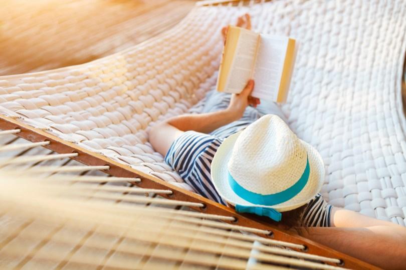 海辺で本を読む女性