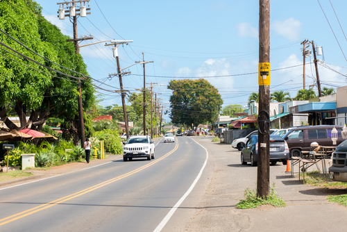 A slow day in Haleiwa with little traffic. Kamehameha Highway (HI 83) is a single road that runs through Haleiwa Town. Editorial credit: Michael Gordon / Shutterstock.com