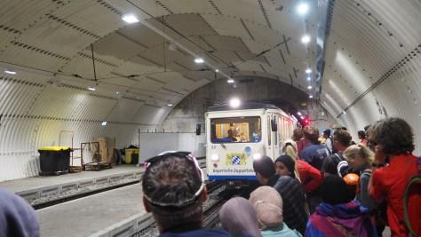 Die Zahnradbahn fährt in den Gipfelbahnhof ein