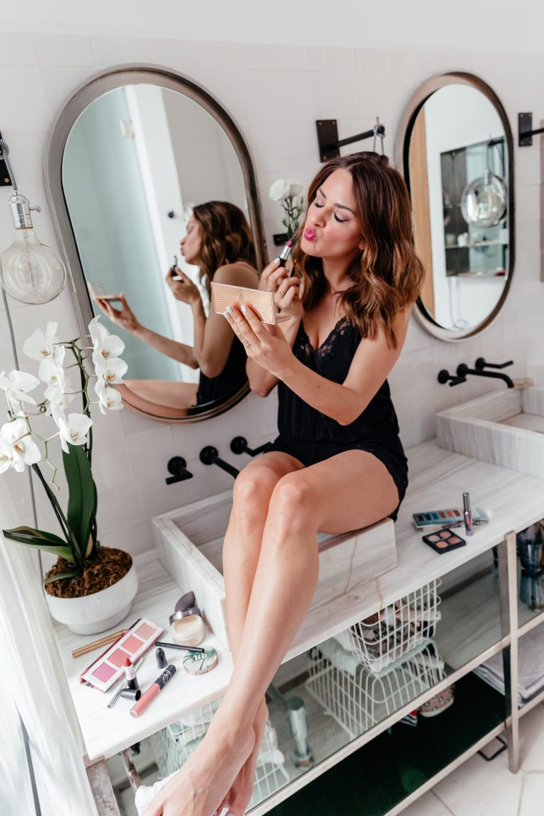 Lauren Roscopf from A Lo Profile sharing her summer beauty essentials with eBay.