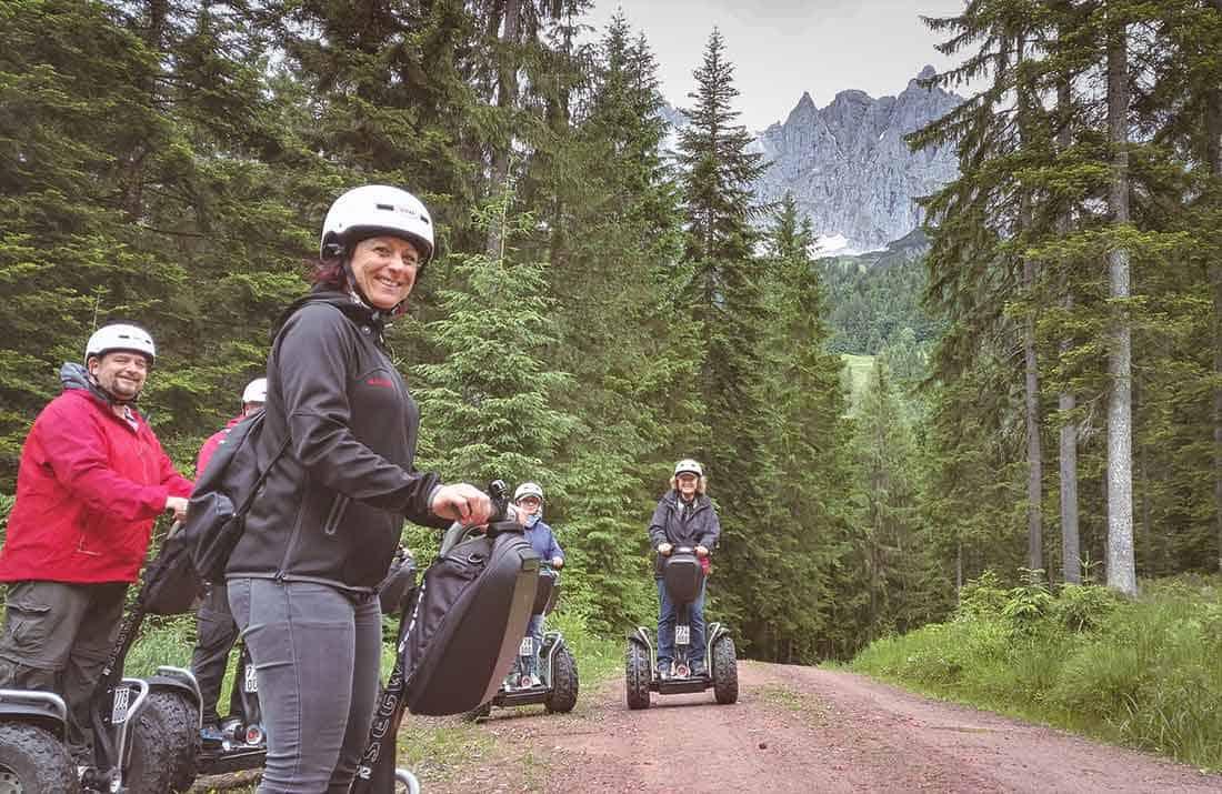 Segway Fahrer Gruppe im Wald
