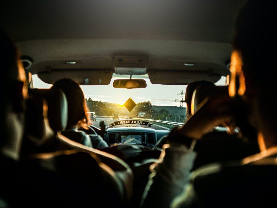 quatre personnes dans voiture sur autoroute