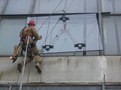 Монтаж стеклопакета альпинистами