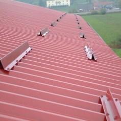 Монтаж снегозадержателей на крышу альпинистами