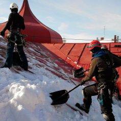 Уборка снега с крыши альпинистами