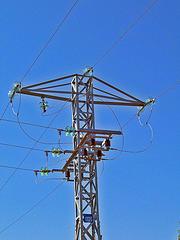 La velocidad de los electrones en los conductores no es la de la luz... ¡ni se acerca!