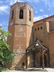 Arco de la aldea de Baldovar en la puerta de la Iglesia