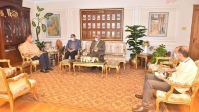 صورة محافظ أسيوط يلتقي رئيس هيئة الأبنية التعليمية لمناقشة الموقف التنفيذي لمشروعات المبادرة الرئاسية حياة كريمة والمشروع القومي لتطوير الريف المصرى