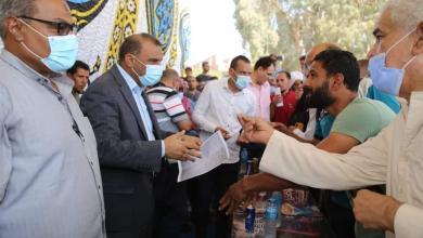 صورة السكرتير المساعد يتفقد جزيرة أبونشابة  ويوزع  مواد غذائية ولحوم علي الأهالي المتضررة