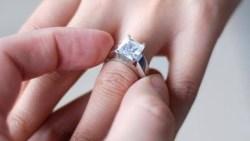 تفسير حلم اعطاء خاتم لشخص في المنام للعزباء والمتزوجة والحامل