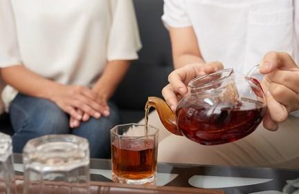 تفسير حلم الميت يقدم شاي في المنام