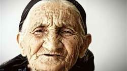 تفسير حلم امرأة عجوز تضربني في المنام