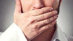 علاج رائحة الفم الكريهة الصادرة من الحلق