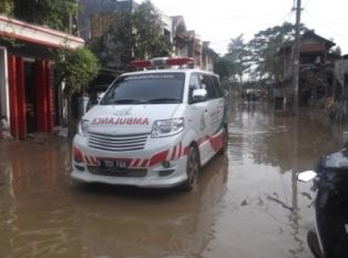 Ambulans Al-Sofwa Bantu Evakuasi Korban Banjir