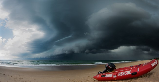 A squall line sweeps along the Qld coast, bringing dangerous wind and waves to Noosa main beach. 18/11/2012