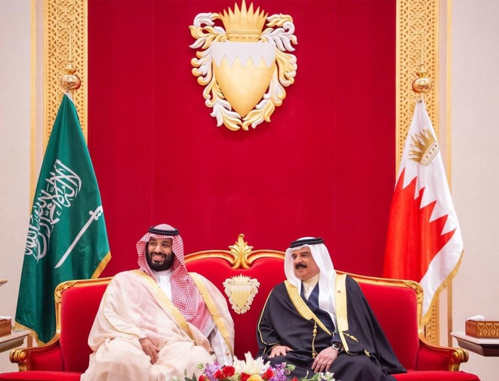 ولي العهد يصل إلى البحرين والملك حمد بن عيسى في مقدمة مستقبليه