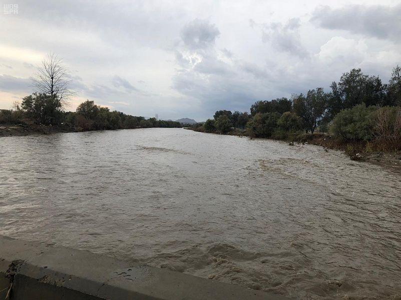 هطول أمطار غزيرة في الطائف والدفاع المدني يحذر