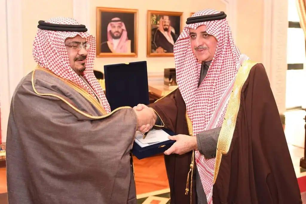 """الأمير فهد بن سلطان يتسلم نسخة من كتاب""""القائد التربوي ملخصات وتحليلات"""""""