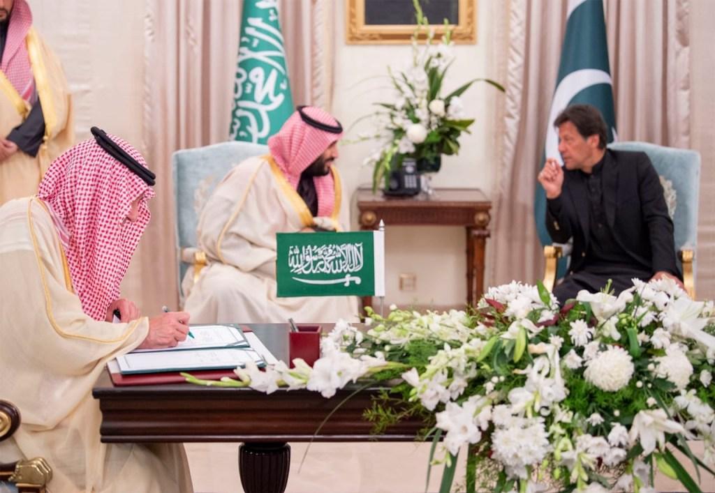 ولي العهد يشهد ورئيس وزراء باكستان التوقيع على ٧ اتفاقيات