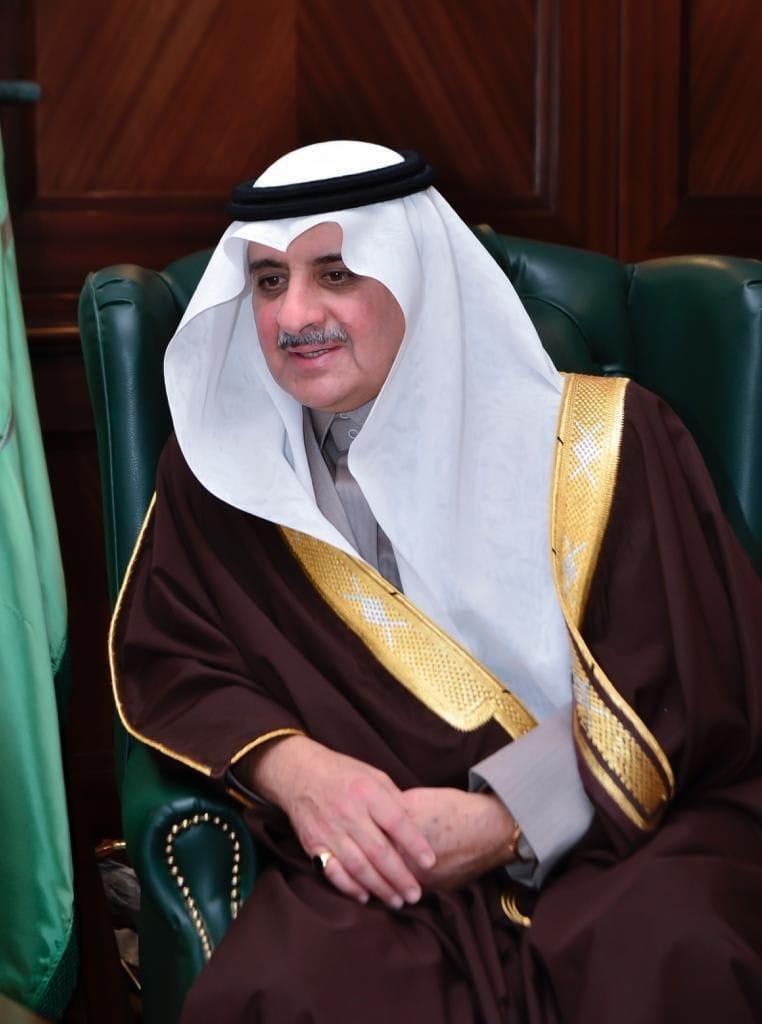 الأمير فهد بن سلطان يواسي أسرة الغرير في وفاة والدتهم