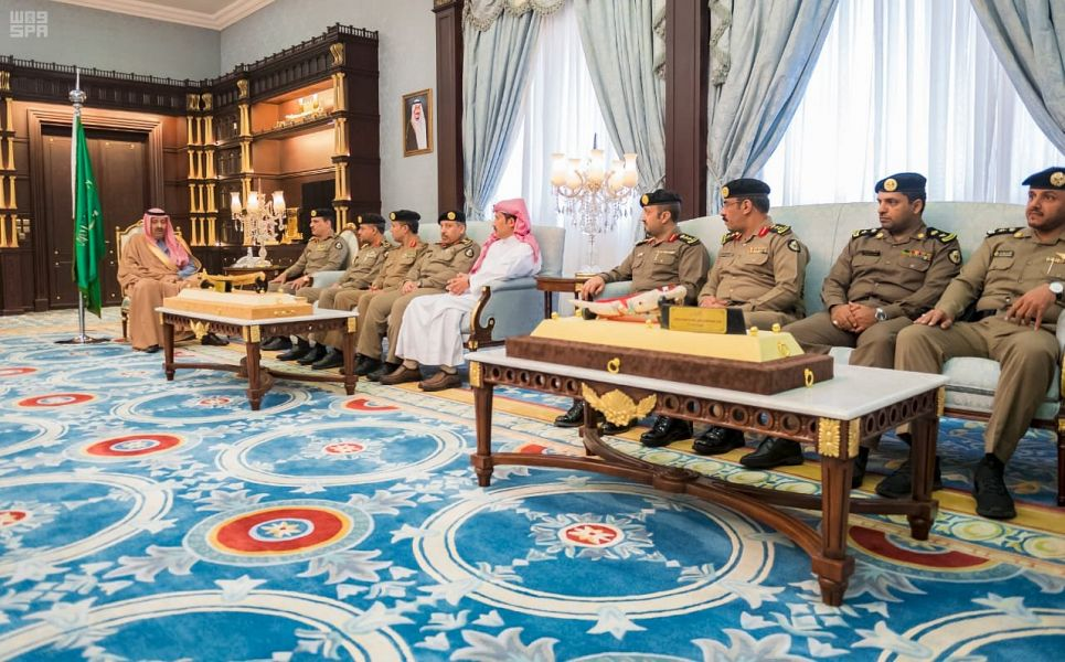 أمير الباحة يكرم مدير شرطة المنطقة وضباط وأفراد نظير دورهم في الكشف عن قضايا مهمة