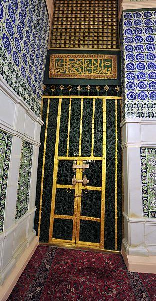 الحجرة النبوية الشريفة لها 6 أبواب وأم الرشيد أول من كسا الدائر المخمس