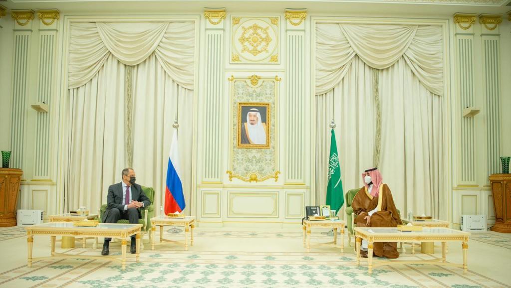 ولي العهد يبحث مع وزير الخارجية الروسي العلاقات بين البلدين