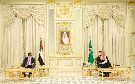 ولي العهد يلتقي رئيس الوزراء السوداني ويستعرض معه العلاقات بين البلدين