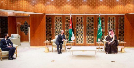 ولي العهد يبحث وملك الأردن أوجه التعاون المشترك بين البلدين