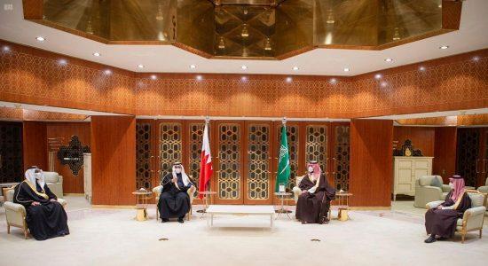 الأمير محمد بن سلمان يستعرض مع ولي العهد البحريني العلاقات الوثيقة بين البلدين