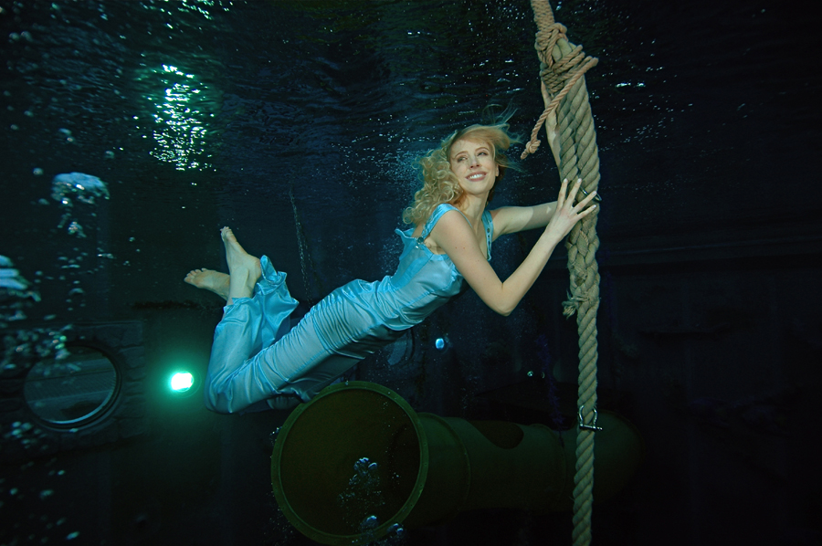 Unterwassermodel in Blau  Elischeba  Reise Lifestyle