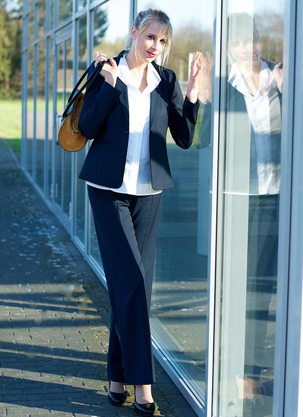 Business Lady im Hosenanzug  Elischeba  Reise Lifestyle
