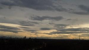 Münchner Skyline mit Bergpanorama vom höchsten Berg Ismanings aus