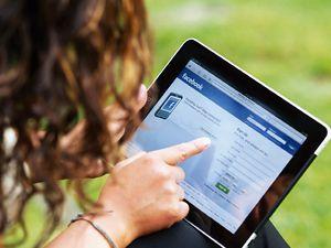 Viendo Facebook en una tablet