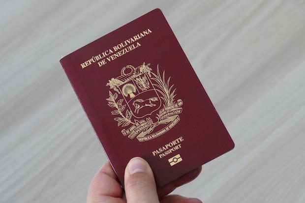 Venezolanos con doble nacionalidad pueden viajar con el pasaporte vencido