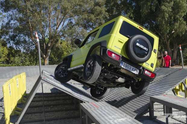 Suzuki Jimny: Este 4x4 de bolsillo destaca por sus reducidas dimensiones, 3,64 metros de longitud, y su reducido peso, apenas 1.100 kilos, que se combinan con un propulsor atmosférico de 1.5 litros y 102 CV, con un par máximo 130 Nm. Su hábitat natural está fuera del asfalto, donde puede hacer frente a terrenos escarpados gracias a su altura libre de 210 milímetros.