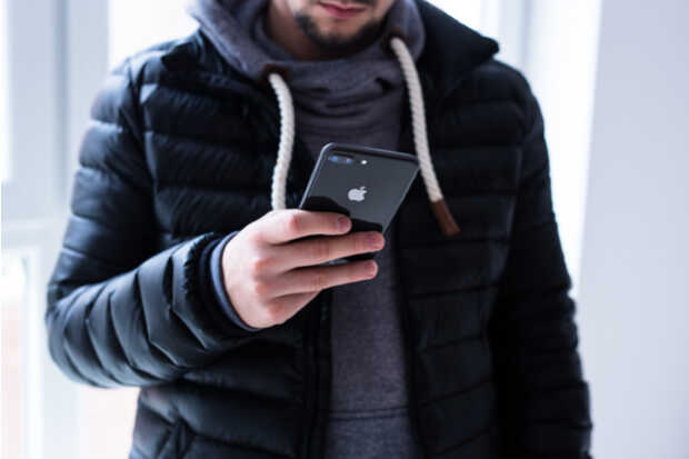 Hombre con iPhone